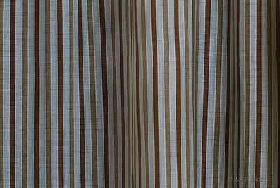 """20-5-2011  """"Cortina"""" - Es la cortina que separa nuestro dormitorios del vestidor, hecha desde el vestidor y con la luz que le llega por detrás de la ventana del dormitorio.   """"Curtain"""" - It's the curtain that separates the walk-in closet from our bedroom, taken from the walk-in closet and back lighted with the light from the bedroom's window."""