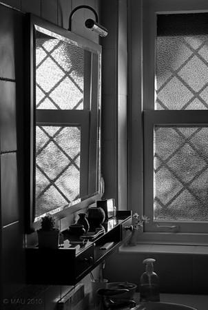 """29-01-2010<br /> <br /> """"El baño de las chicas"""" - Así es como llamamos en casa a este baño. Esta mañana tenía que ir a Madrid y me he levantado dos horas antes de lo habitual; al pasar por delante del baño tenía la puerta abierta y me ha gustado la luz. Sé que no es una foto '5 estrellas' (muy muy pocas realmente lo son), pero me ha gustado lo suficiente como para publicarla.<br /> <br /> """"The girl's bathroom"""" - That's how we call it at home. This morning I had to go to Madrid and I got up two hours earlier than usual; when passing by 'the girl's bathroom' the door was open and I liked the light. I know it is not a '5 star' photo (very very few really are), but I liked it enough as to publish it."""
