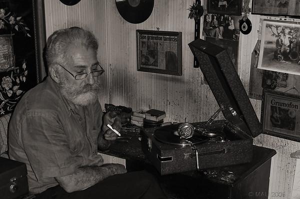 """08-3-2011  """"Gramofon"""" - Es un recorte y reprocesado de una foto hecha hace cinco años en Estambul, y cuyo original en color puedes ver pinchando <a href=""""http://www.rancho-k.com/Tipicos/Estambul/Gente/8179279_ZLMPh#534156358_DdDSs"""">AQUI</a>. La idea de reprocesar algunas fotos antiguas me surgió ayer al crear esta nueva galería de <a href=""""http://www.rancho-k.com/Ensalada/Foto/ByN/16100783_srbMf"""">Fotos en ByN</a>. Publicaré alguna más en el futuro.  """"Gramofon"""" - It is a crop and reprocessing of a photo taken five years ago in Istanbul, and which original in colour you can see clicking <a href=""""http://www.rancho-k.com/Tipicos/Estambul/Gente/8179279_ZLMPh#534156358_DdDSs"""">HERE</a>. The idea of reprocessing some old images came up yesterday after creating this new gallery of <a href=""""http://www.rancho-k.com/Ensalada/Foto/ByN/16100783_srbMf"""">B&W Photos</a>. I will probably publish more in the future."""