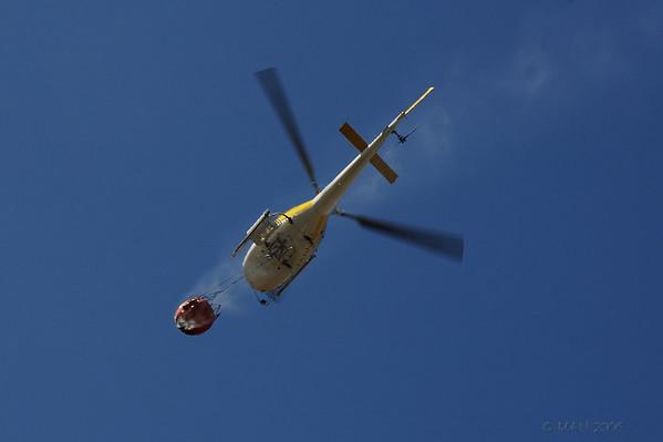 """04-1-2011  """"Aproximándose al fuego"""" - En julio de 2006 hubo un incendio forestal a pocos kilómetros de mi casa. Al volver de repostar agua en el embalse de Valmayor, alguno de los helicópteros pasaba casi encima de mi casa, desde donde está hecha las foto. Como podéis ver en <a href=""""http://www.rancho-k.com/4-Estaciones/Verano/Incendio/15325682_UvqZH"""">ESTA GALERIA</a> tenía otras opciones, pero para 'sopita' me gustó esta.  """"Approaching the fire"""" - In July 2006 there was a forest fire a few miles away from my house. When returning from picking up water  at Valmayor reservoir some of the helicopters flew almost over my house, where the photo was taken from. As you can see in <a href=""""http://www.rancho-k.com/4-Estaciones/Verano/Incendio/15325682_UvqZH"""">THIS GALLERY</a> I had other alternatives, but for a 'soup' I liked this one."""
