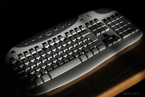 """12-Mar-2012<br /> <br /> """"QWERTY"""" - Es mi teclado esta misma tarde. Me he levantado un momento del ordenador y, cuando he vuelto, el sol, ya muy bajo, entraba por la cristalera del lado opuesto de la habitación y la iluminaba así.<br /> <br /> """"QWERTY"""" - It's my keyboard this afternoon. I left my PC for a short while and, when I returned, the sun, which was very low, was entering the window on the opposite side of the room and lighting it this way."""