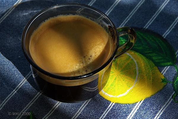 """6-10-2009  """"Café con limón"""" - Es mi taza de café de después de comer hoy, hace un par de horas.<br> Añadido más tarde: La foto no está preparada. Estabamos comiendo en el jardín, me saque el café de la cocina y, de casualidad, lo dejé ahí y en esa posición. Cuando iba a coger la taza para beber es cuando vi la foto.<br> Nota: Como podéis ver en <a href=""""http://www.rancho-k.com/Other/I-feel-fine/9873514_33KTA"""">ESTAS FOTOS</a>, me sigo encontrando muy bien.<br> <br> """"Coffee with lemon"""" - It is my after lunch coffee today, a couple of hours ago.<br> Added later: The photo is not prepared or setup at all. We were having lunch outside, I brought out the coffee from the kitchen and I just happened to place it there and in that position. It was when I was going to pick up the cup to start drinking that I saw the photo.<br> Note: As you can see in <a href=""""http://www.rancho-k.com/Other/I-feel-fine/9873514_33KTA"""">THESE PHOTOS</a>, I'm still feeling very well."""