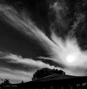"""""""Meteorito sobre el Rancho-K"""" - No pensaba subir ninguna sopa hoy, es de hace unos minutos. Estaba aburrido viendo la tele, he salido a sentarme en el jardín y me he encontrado con esto. ;-)  Nota añadida el 29 de julio: Cuando publiqué esta foto del meteorito hace unos días, di por sentado que sería evidente que era una manipulación. Parece ser que hay gente que no lo ha creído así, que pensaban que era la luna, y por eso he preparado esta pequeña galería de 'cómo se hizo' .  """"Meteorite over Rancho-K"""" - I had no intention of uploading any soup today, it is from a few minutes ago. I was quite bored watching TV, I went outside to sit in the yard and bumped into this. ;-)  Note added on July 29th: When I posted this photo of the meteorite a few days ago, I took it for granted that it would be evident that it was a manipulation. I looks like there is people who thought it wasn't, that they thought it was the moon, and that is why I have prepared 'this Making of' small gallery."""