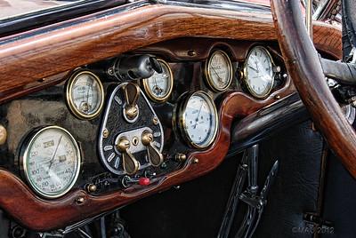 "10-Sep-2012  ""Salpicadero"" - De un Hispano-Suiza (Mejor a tamaño grande). http://es.wikipedia.org/wiki/Hispano-Suiza  ""Dashboard"" - Of an Hispano-Suiza (Best at a larga size). http://en.wikipedia.org/wiki/Hispano-Suiza"