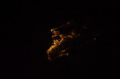 Reid Wiseman @astro_reid  ·  Aug 16 A rare gem - #Oahu on a cloudless night.