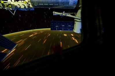 Reid Wiseman @astro_reid  Sep 25 That little red streak hidden behind the #Dragon solar array is the Soyuz launching.
