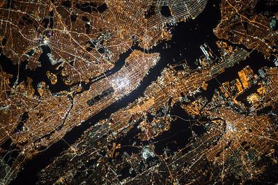 My cosmonaut colleague Oleg Kononenko took this incredible picture of #NYC last night. Enjoy. #YearInSpace