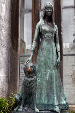 Twenty-six-year-old Liliana Crociati de Szaszak was in Innsbruck, Austria in February 1970, when she was killed by an avalanche. Her tomb was designed by her mother in the Neo-Gothic style, in decided contrast to the other tombs in the cemetery. A life-size green bronze statue of Liliana in her wedding dress sits adjacent to her tomb. Following the death of Liliana's beloved dog Sabú, a bronze statue of the dog was added, with Liliana's hand resting on the dog's head.