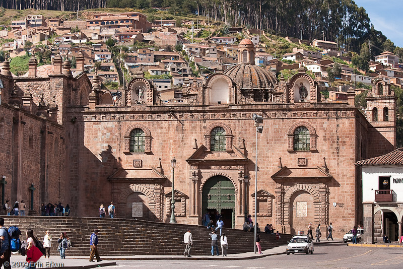 Iglesia del Triunfo (Church of the Triumph)<br>Adjacent to the cathedral, this is the first Christian church built in Cusco. It was constructed over the ruins of Suntur Wasi, the Inca armory where the Spanish were trapped during Manco Inca's 1536 siege.  The name of the church refers to the eventual triumph of the Spanish over the Inca rebels.