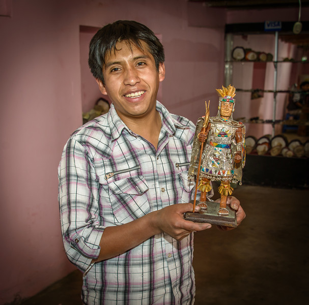 Arte Pisac - Artisan with Pachacuti sculpture