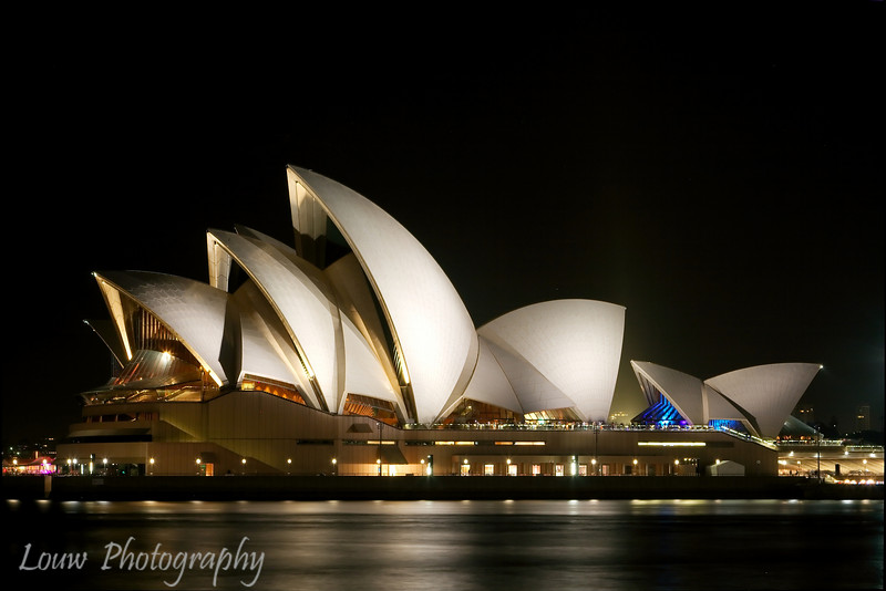 "<a target=""NEWWIN"" href=""http://en.wikipedia.org/wiki/Sydney_Opera_House"">Sydney Opera House</a> at night"