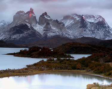 A pink sunrise on the horns seen from lago Pehoe by explora