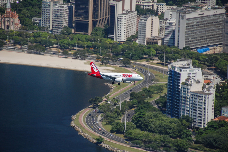 DSC_0085<br /> A TAM Airbus on approach to Santos Dumont Airport.