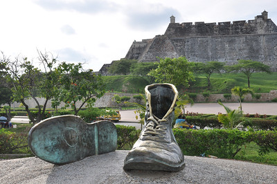 los zapatos viejos (old pair of shoes) with Castillo de San Felipe de Barajas in background