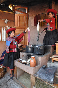 Chincero - demonstration of dying the wool.