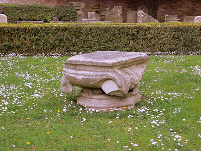 A bare pedestal on the grounds of the Terme di Diocleziano‎. Or perhaps the severed head of a Corinthian Column.