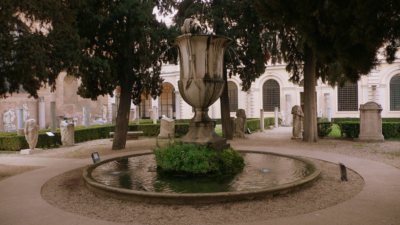 An urn fountain outside the grounds of the Terme di Diocleziano.