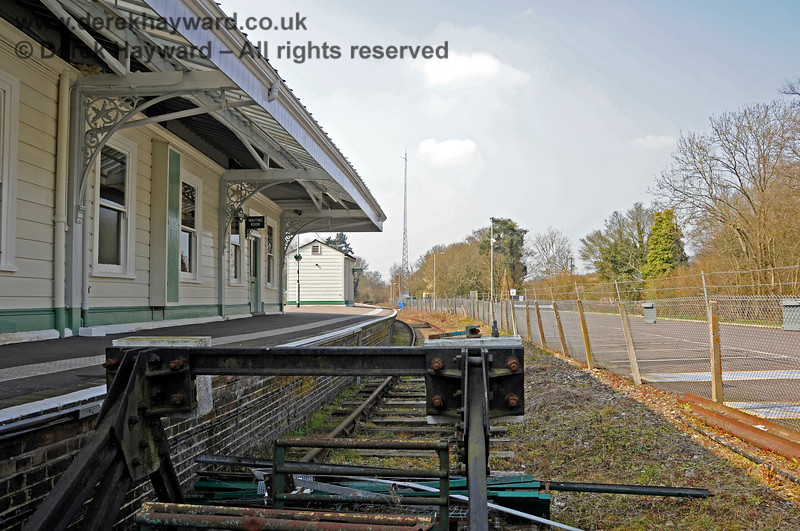 Looking north from behind the buffer stops in Platform 3 at Eridge. 27.03.2011 6616