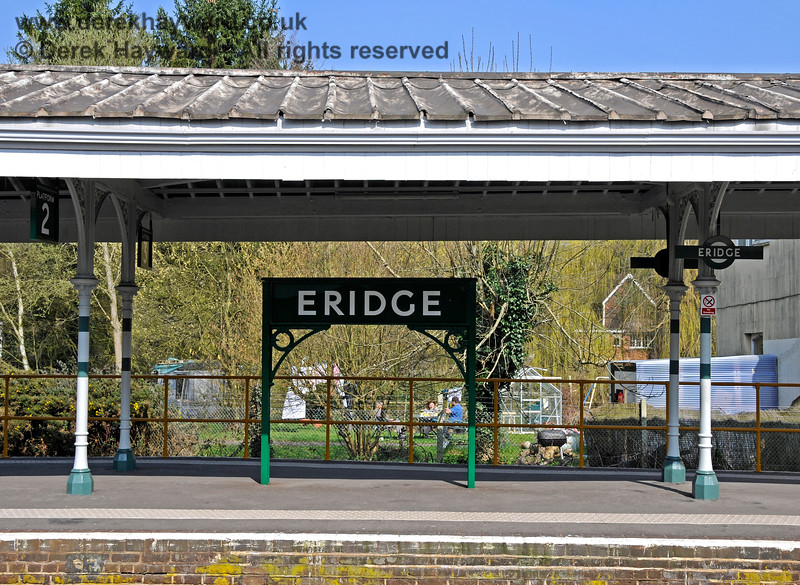 A traditional running-in board at the southern end of Platforms 2 and 3 at Eridge. 27.03.2011 6601