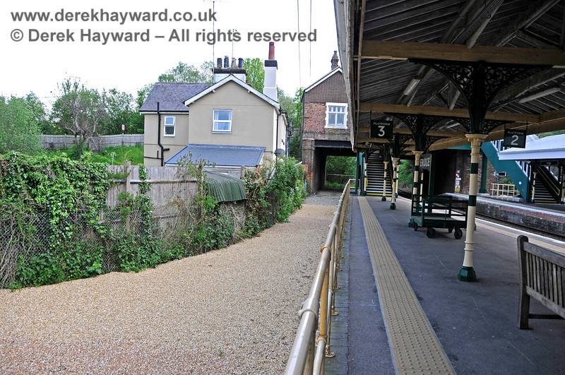 A level pebble surface has been laid on the disused section of the bay platform at Eridge. 29.05.2021 20646
