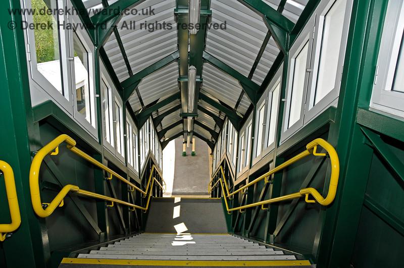 Looking down from the footbridge at Eridge towards the Spa Valley Railway platforms. 29.05.2021 20606