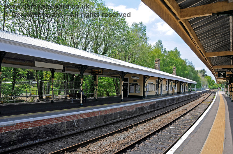 Looking north along Platforms 1 and 2 at Eridge.  Network Rail have fitted a new roof to the Platform 1 canopy, and in an excellent example of cooperation have painted the station to match the Spa Valley Railway colours.  29.05.2021 20596