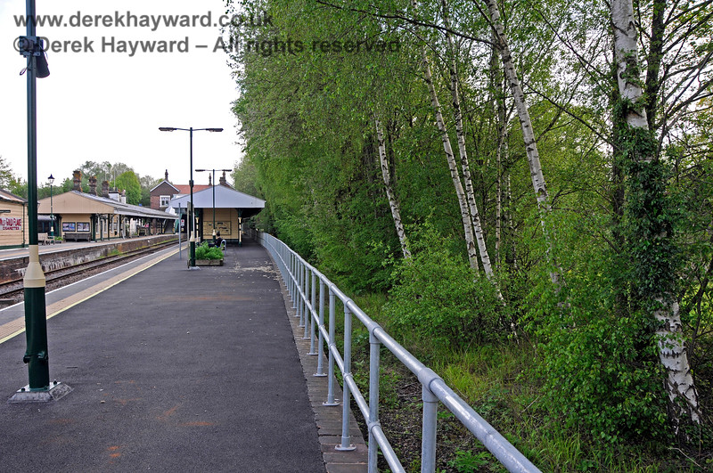 A new fence has been erected along the disused platform face at Eridge (formerly Platform 1).  The trees are growing on the site of the former Up siding. 29.05.2021 20624