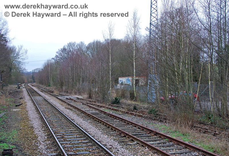 A wider view from Platform 1 shows the line leading into the bay platform (Platform 3) and the base of the radio mast serving what was then the Cab Secure Radio system. 28.01.2008