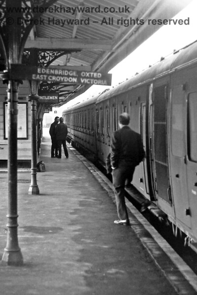 Eridge on Saturday 29.11.1975, with 1107 waiting to leave with the 15:12 Uckfield to Victoria service.  Eric Kemp retains all rights to this image.