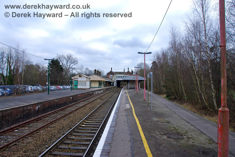 This is more or less the same view in 2008.  Spa Valley had repainted their platform lights, but those on the Southern platform were still looking very shabby and were covered in green slime. 28.01.2008