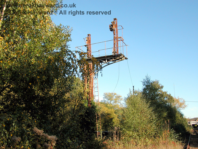 The disused bracket signal north of Eridge, that at one time controlled movements south into the platforms. 05.10.2003