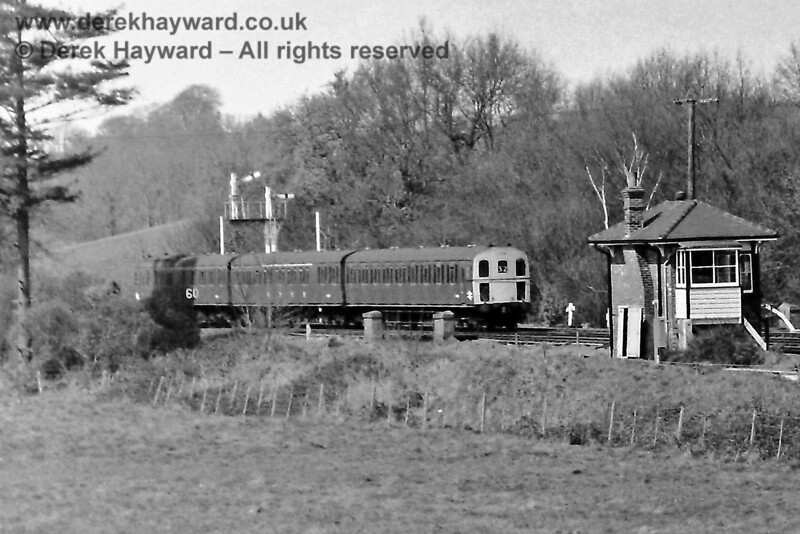 1318 arrives at Eridge with the 12:58 service from Tonbridge on Sunday 20.04.1975.  The train is about to cross the river bridge on it's way into Platform 3, and adjacent to the rear coach a marker indicates that the northbound line speed changes to 60 mph.  Eric Kemp retains all rights to this image.