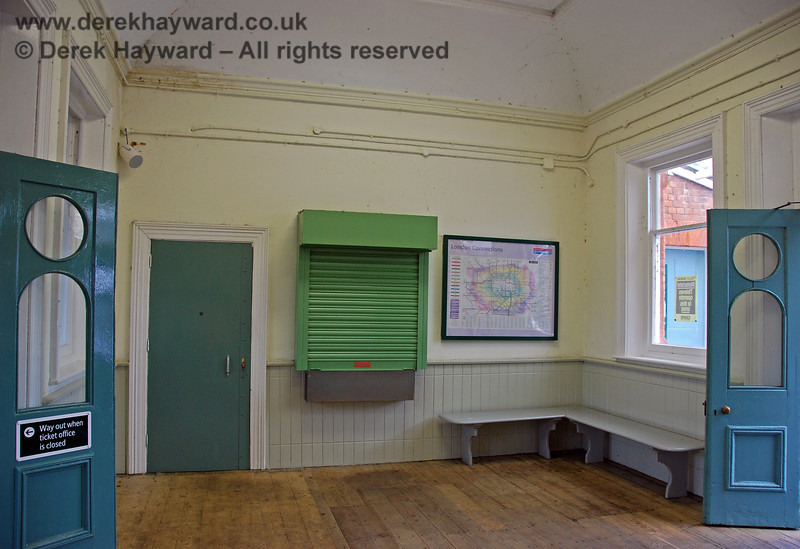 Turning round, the other end of the booking hall, with the booking office, now only opened on a very limited basis. The ceiling showed some evidence of damp. 07.12.2005