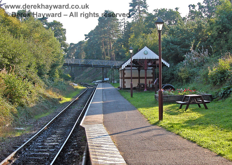 By 19.09.2005 the Spa Valley Railway platform at Groombridge Station had a new building which formed a ticket office and waiting area. Note the canopy at the eastern end (see later picture).