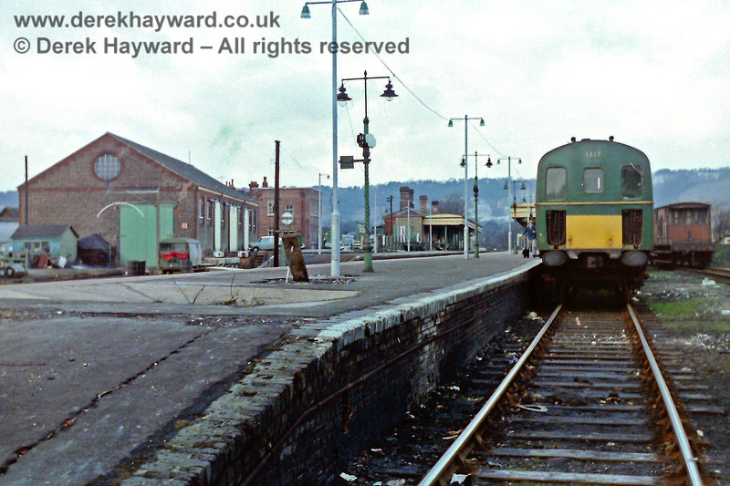 1317 in the Down bay platform at Oxted, awaiting departure with the 14:54 to Uckfield on Saturday 18.01.1969.  At the time the goods shed on the left still survived, and a Wickham Trolley can be seen in the adjacent engineer's siding.  Eric Kemp retains all rights to this image.