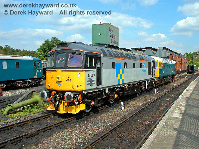 33063 and 33065 at Tunbridge Wells West. 05.08.2006