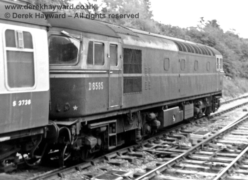 D6585, in green with no yellow panels, leaves East Grinstead with set 19 on the 17:54 to Victoria on 19.08.1968.  Eric Kemp retains all rights to this image.