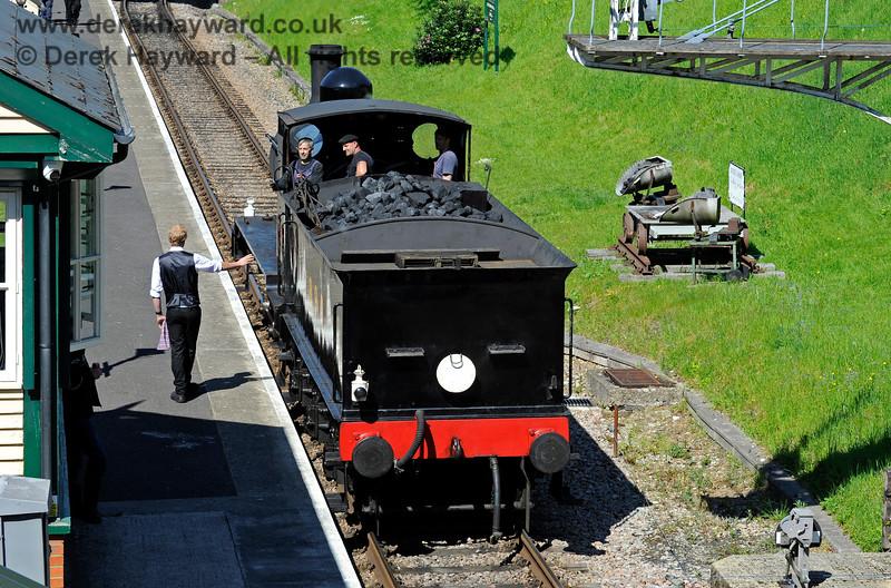 The Groombridge signalman in conversation with the crew of 2890. 30.05.2021 18121