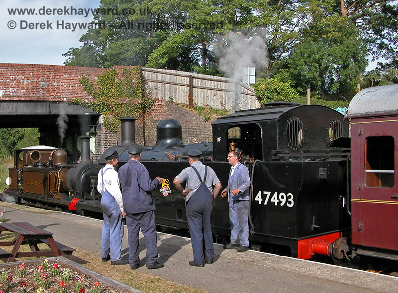The crews of 662 and 47493 hold a spontaneous union meeting at Groombridge (thus recreating the days of British Railways)..  16.07.2006