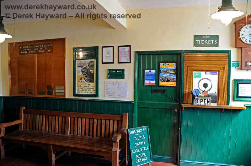 The booking hall at Tunbridge Wells West. 25.08.2019 20044