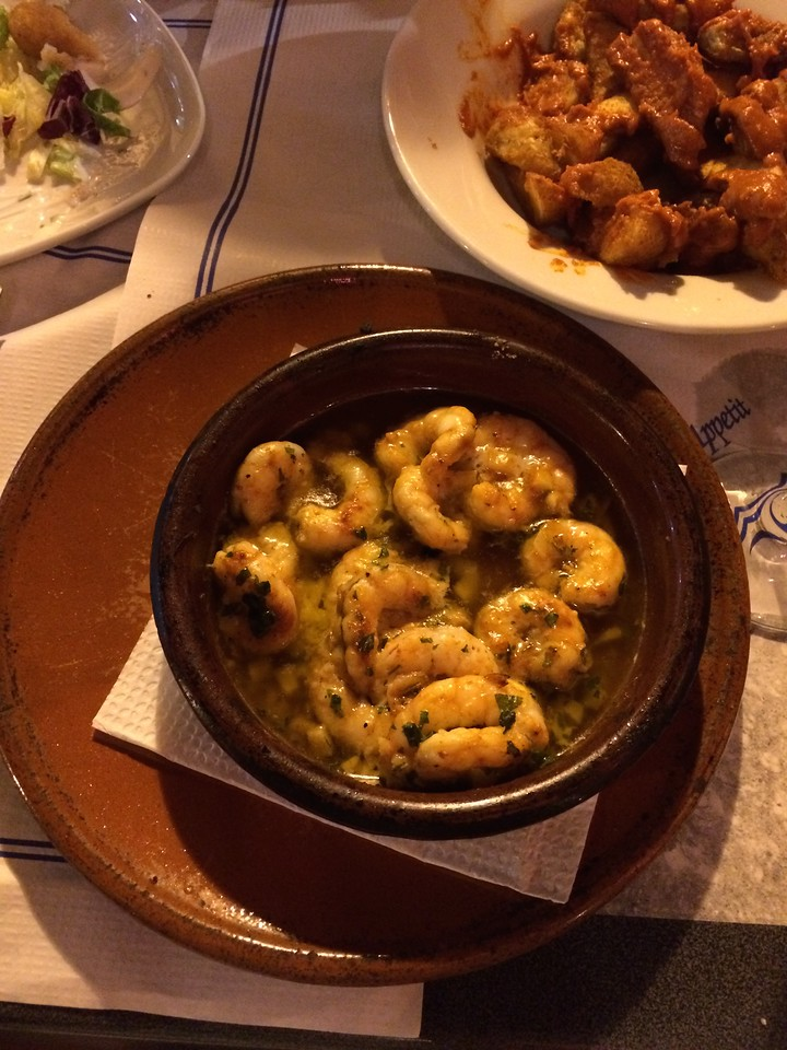 Oooh camarones(shrimp) in olive oil. Yum!