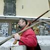 2004 -ieji...Buvęs Vilniaus miesto tarybos narys 47 metų Stasys Urniežius, save vadinantis gediminaičiu kunigaikščiu Vilgaudu, pasirengęs tvarkyti sostinės gatves. <br />    Skandalingasis vilnietis dirbdamas viešuosius darbus privalėjo atlikti paskirtą bausmę, kaip jis pats įsitikinęs, už šalies krašto apsaugos ministro Lino Linkevičiaus įžeidimą. <br />    150 litų baudos, kurią jam paskyrė policija už viešosios tvarkos pažeidimą, dvejus metus negaunantis darbo vyriškis neturėjęs  iš ko susimokėti.Tad jis  išėjo į gatves ....