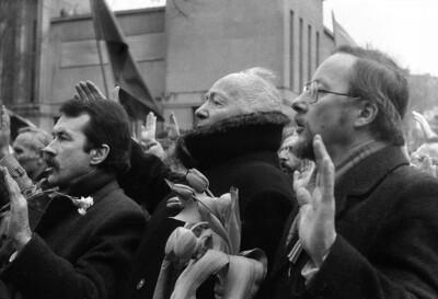 """1989.02.16. KAUNAS.Lietuvos Nepriklausomybės diena.Vasario 16-ioliktoji. Nepriklausomybė.Daugiatūkstantinė žmonių minia patraukė Istorijos muziejaus sodelio, kuriame buvo atidengta J.Zikaro """"Laisvės"""" statula, link. Ją atidengė Lietuvos laisvės kovų dalyvis architektas Vytautas Landsbergis-Žemkalnis, o pašventino kardinolas V. Sladkevičius.Nuotraukoje pirmam plane iš kairės Sąjūdžio iniciatyvinės grupės narys R.Ozolas,Vytautas Žemkalnis-landsbergis ir jo sūnelis Vytautas Landsbergis"""