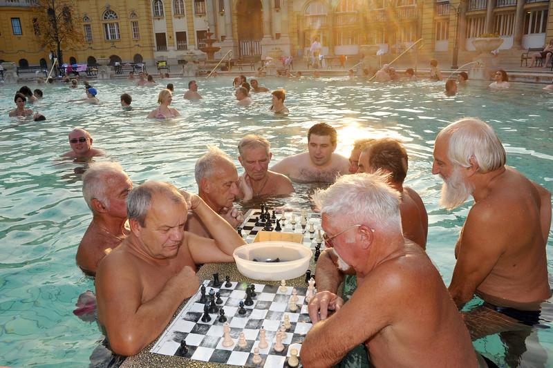 Miesto centre įsikūrusio, vieno didžiausių Budapešte Sečenio terminių maudyklių komplekso (pirtys, baseinai, maudynės šiltame mineraliniame ...Vyrai vandeny valandų valandas žaidžia šachmatais.
