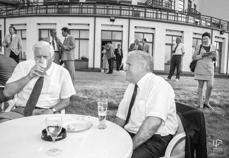 Ramūnė Sakalauskaitė tuoj tuoj užduos daug  klausimų švenčiantiems vyrams...Algirdui Brazauskui bei  Bronislovui Lubiui...2003m.