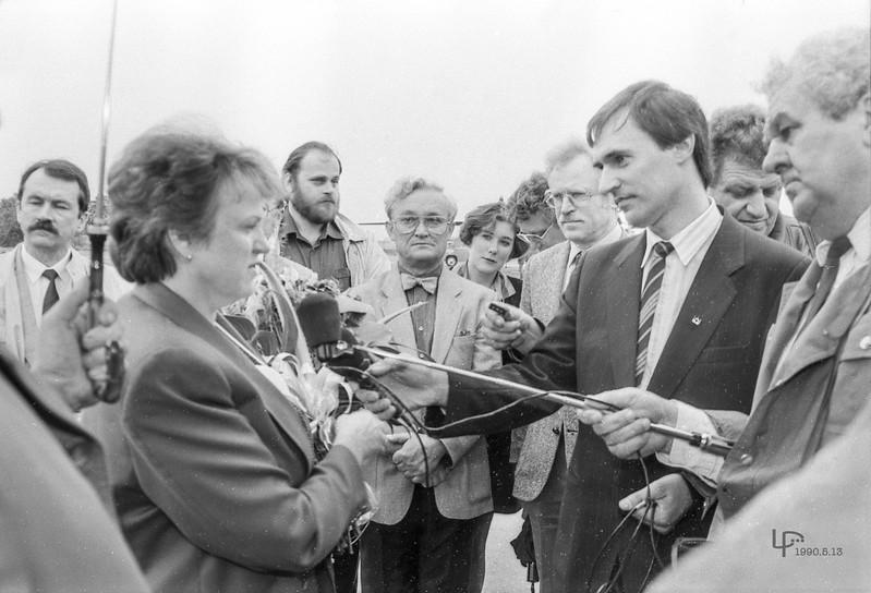 1990.5.13 Prunskienės pasitikimas aerostotyje ....