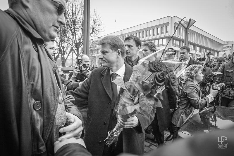 Fotografai Andrius Petrulevičius, Džoja Barysaitė ir ir prezidento kėdę šią dieną praradęs Rolandas Paksas