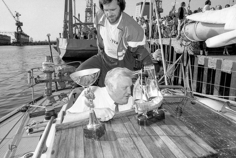 Prezidentas Algirdas Brazauskas su žurnalistu Gediminu Pilaičiu apžiūri tik ką iš aplink pasaulio apiplaukusią jachtą 'Lietuva'...