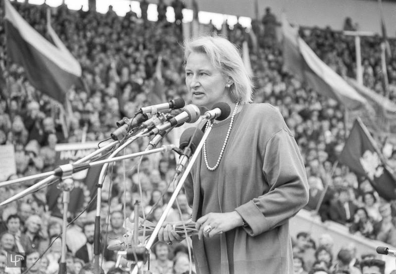 """Tele3 TV įkurėja Liucija Baškauskaitė Vilniaus Vingyje """"Sąjūdžio"""" mitinge 1988m."""
