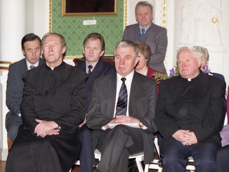 Pirmoj eilėj-kunigas Ričardas Mikutavičius,poetas Justinas Marcinkevičius ir monsinjoras Kazimieras Vasiliauskas